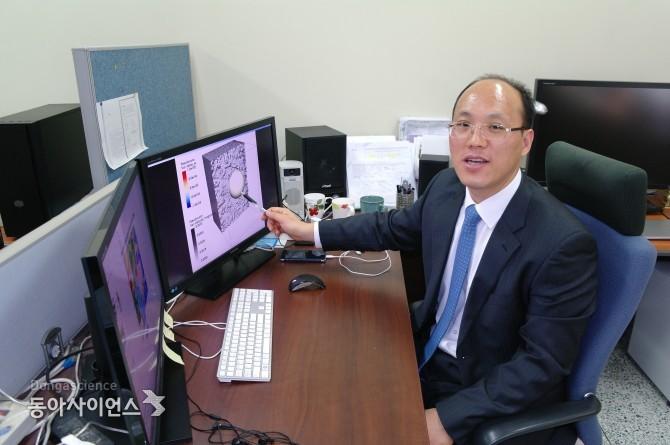 홍태경 연세대 교수가 백두산 마그마 층이 북핵 실험으로 발생되는 지진파의 영향을 설명하고 있다.  - 신선미 기자, vamie@donga.com 제공